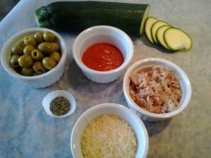 Ingredientes para añadir a la pizza: calabacín, olivas, salsa de tomate, atún, orégano y queso rallado