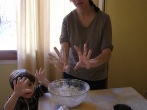 Haciendo la mezcla de la masa con los niños