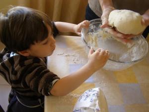 Amasar es una buena oportunidad para pasar tiempo de calidad con los niños
