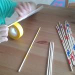 Los palos chinos los hacemos con cintas adhesivas de colores