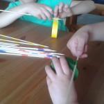 Los niños nos ayudan a hacer los palos chinos