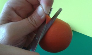Recortamos un globo para hacer las bolas de malabares