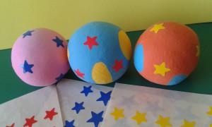 Bolas de malabares decoradas con adhesivos