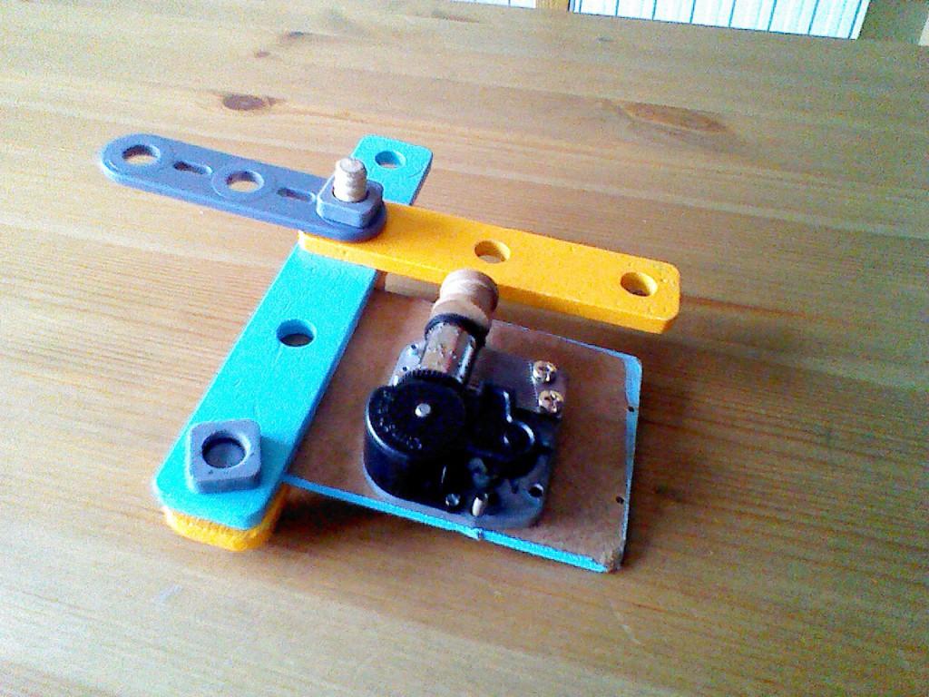 El mecanismo de cuerda fijado al bastidor del coche