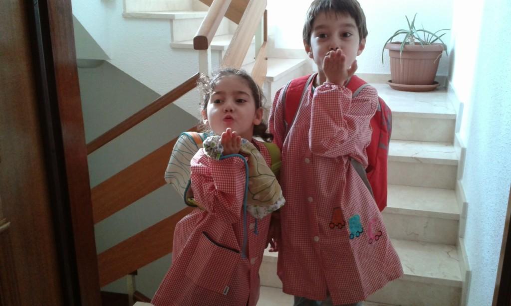 Niños preparados para ir al cole