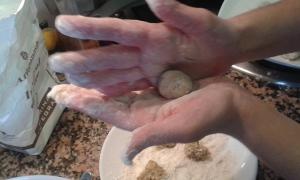 Damos forma a las albóndigas con las manos