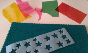 Rellenamos las estrellas con papel celofán de colores
