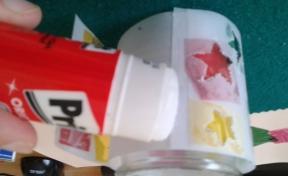 Pegamos el papel decorado al tarro de cristal