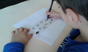 Los niños participan en la decoración de los farolillos