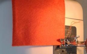 Preparamos la tela en la màquina de coser