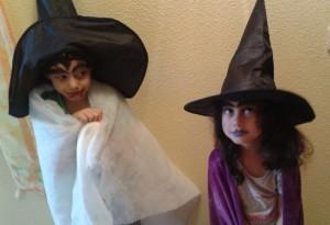 Niños disfrazados de brujos