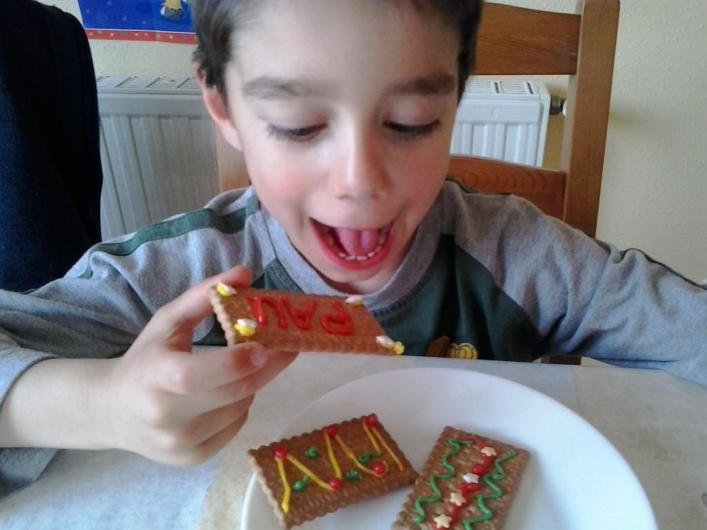 Niños comiendo galletas decoradas por ellos mismos