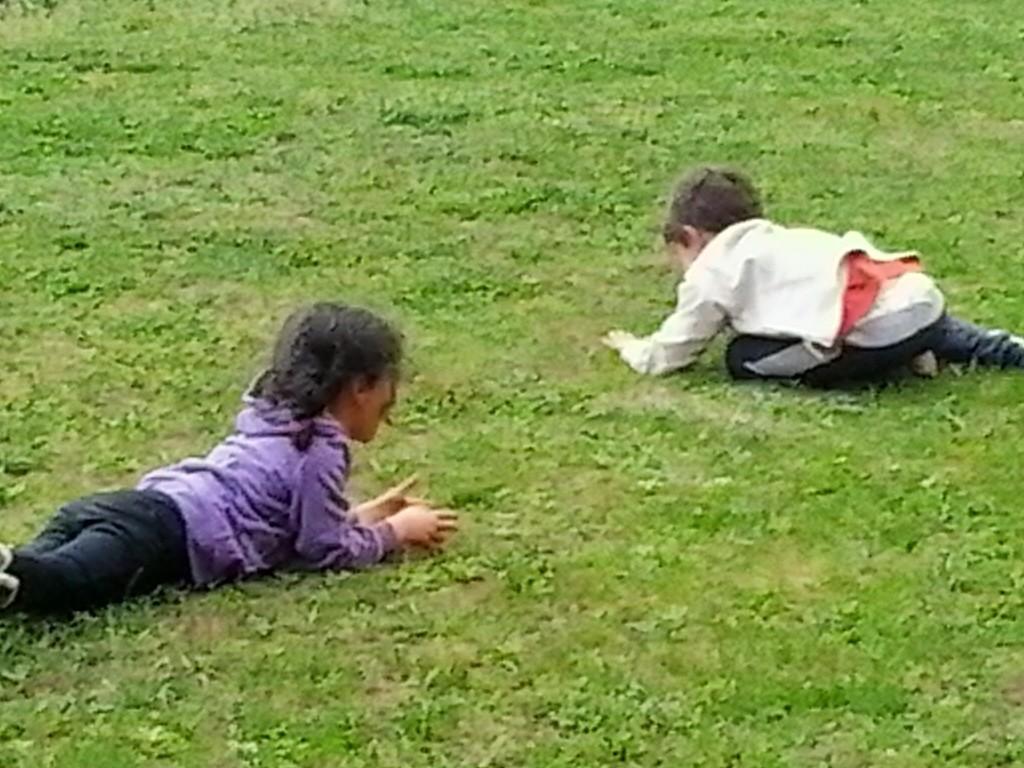Niños jugando a hacer la croqueta