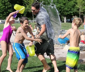 Una familia jugando a juegos de agua