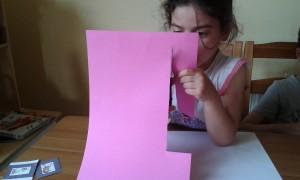 Recortando la cartulina para forrar nuestro cuaderno
