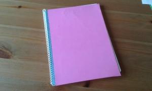 Solapa del cuaderno forrado con la cartulina rosa