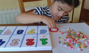 Pegando las bolitas para representar el valor numérico de cada número