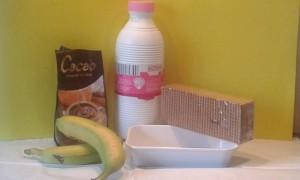 Ingredientes para hacer un pastel de galleta, plátano y chocolate
