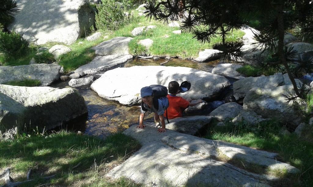 Disfrutando del río en las salidas con niños por la naturaleza