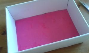 La caja con el suelo rosa ya colocado