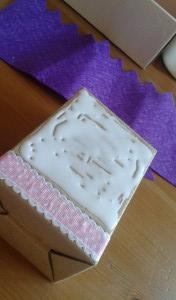 Caja con cola blanca preparada para pegar el fieltro