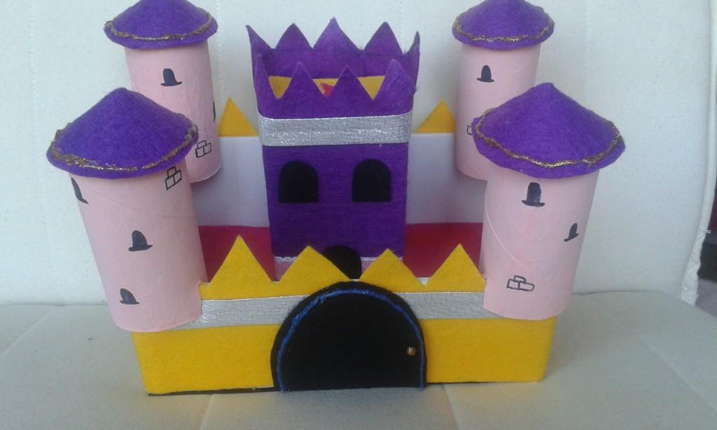 El pequeño castillo de cartón y fieltro ya terminado