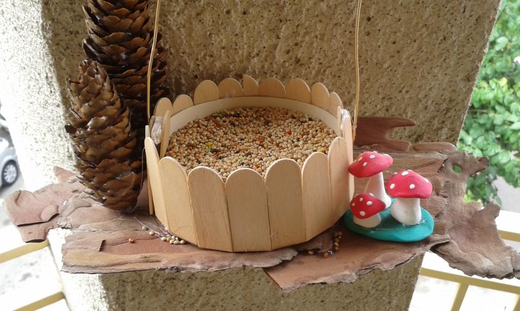 El comedero para aves decorado con los detalles
