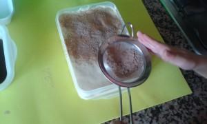 Espolvoreando el cacao en el tiramisú