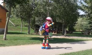 Júlia patinando con sus muñecos
