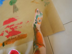 Experimentando con pintura utilizando el cuerpo