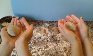 Las bolas de los panecillos de canela y chocolate