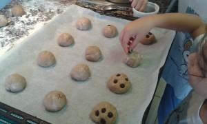 Decorando los panecillos de canela y chocolate