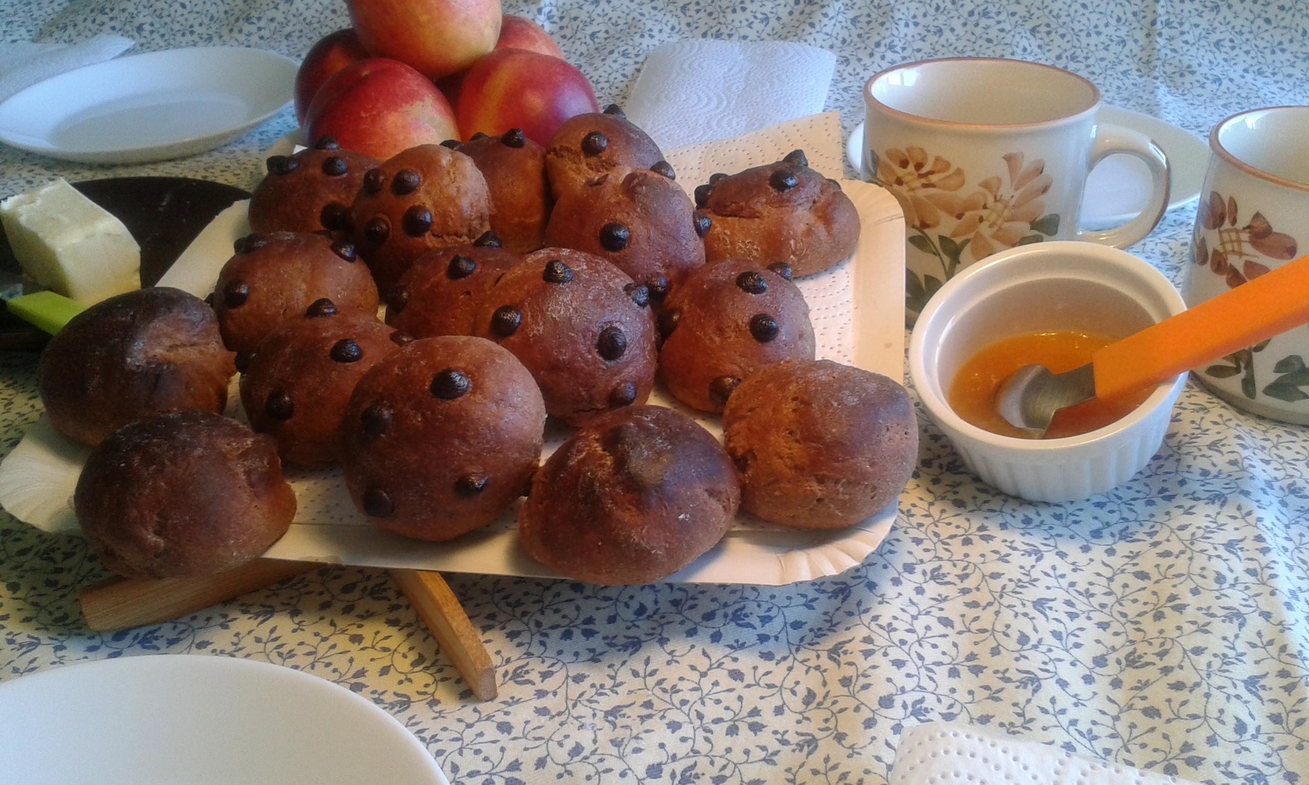 Un desayuno con panecillos de canela y chocolate decorados con pepitas de chocolate