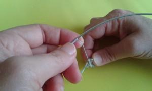 Forrando el alambre con hilo azul claro