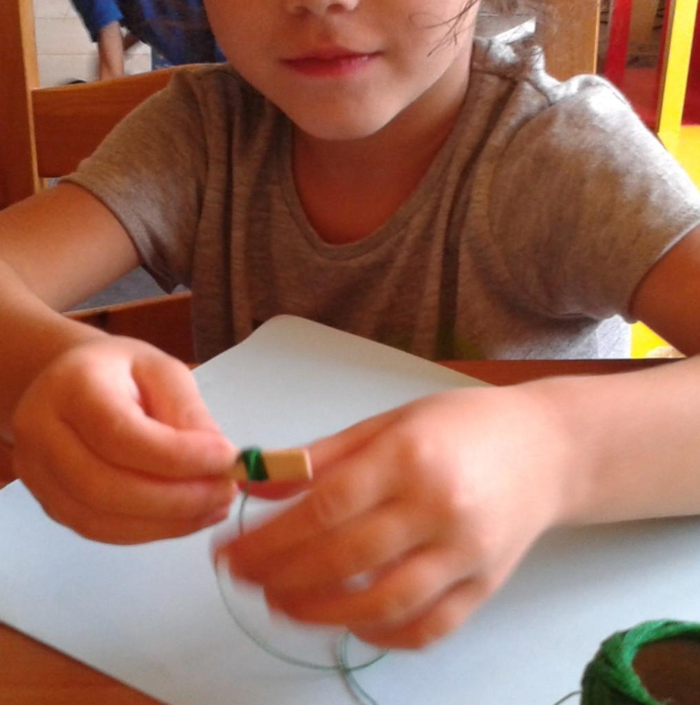 Haciendo pequeñas madejas de hilo
