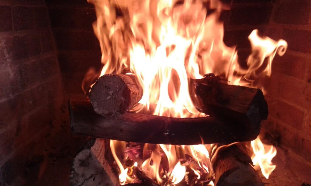 Fuego de otoño en una chimenea.