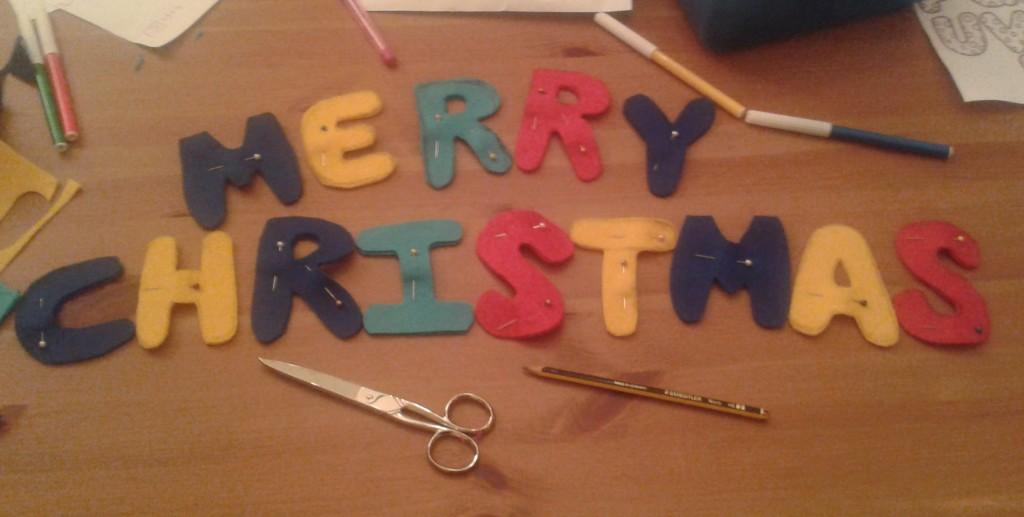 Las letras para el adorno navideño de fieltro