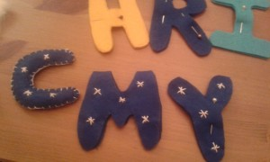 Decorando las letras de fieltro para el adorno de navidad