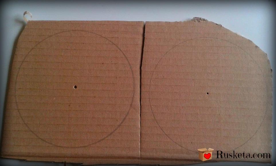 Hacer dos círculos de cartón corrugado