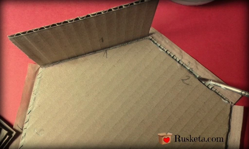 Encolando las piezas laterales a la base de la bombonera