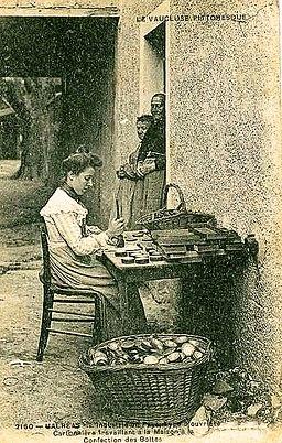 Cartonera trabajando en la fabricación de cajas de cartón en Francia (siglo XIX)