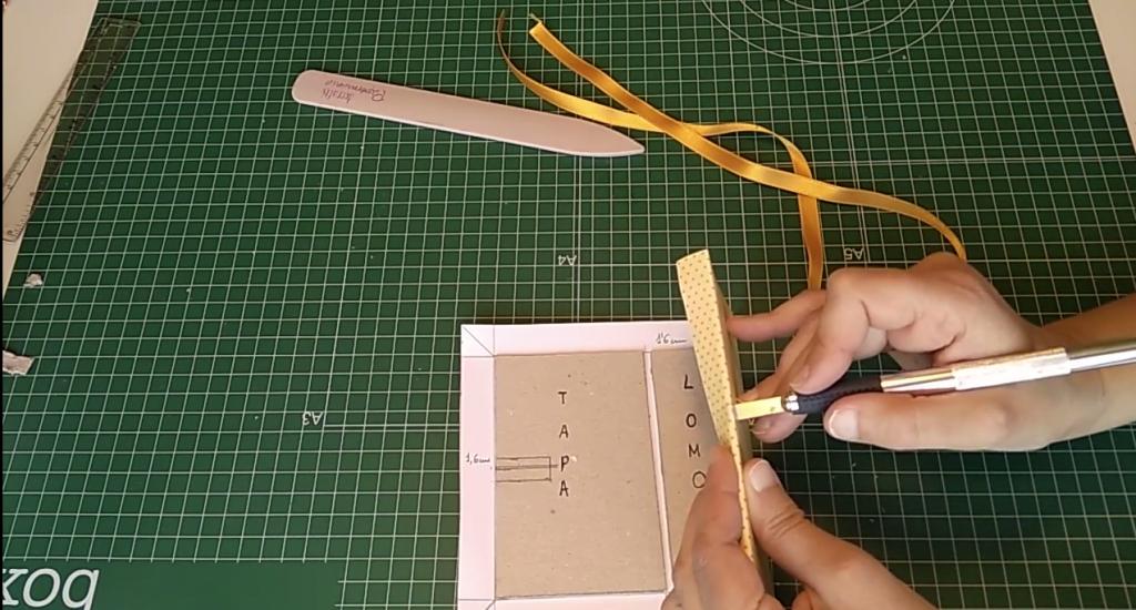 Perforación de la cartulina para pasar la cinta