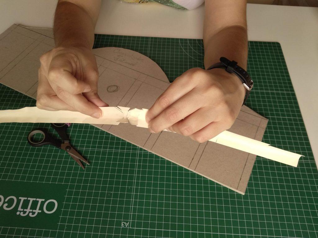 Modo correcto de cortar la tira de cartulina en el vértice