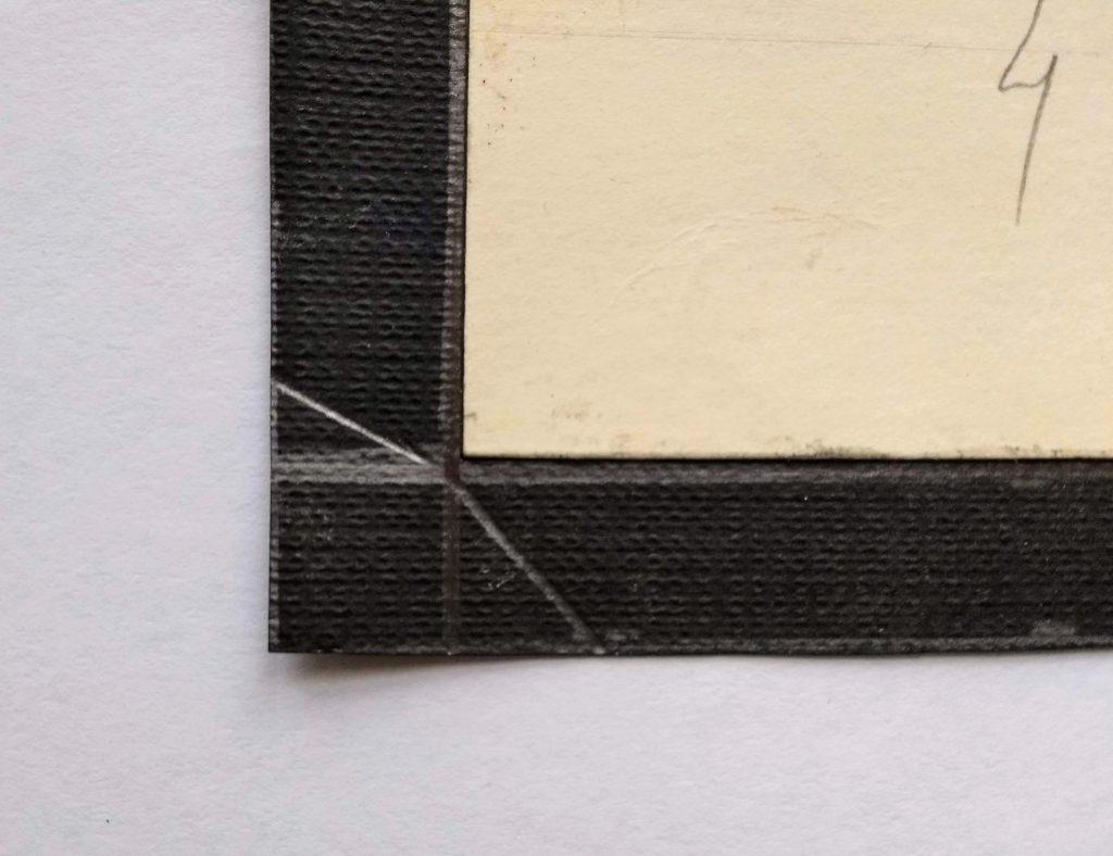 Detalle de una esquina donde se ve que el trazo no llega a tocar la estracilla