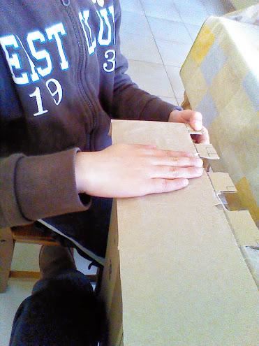 Pegado del papel de embalar en la caja