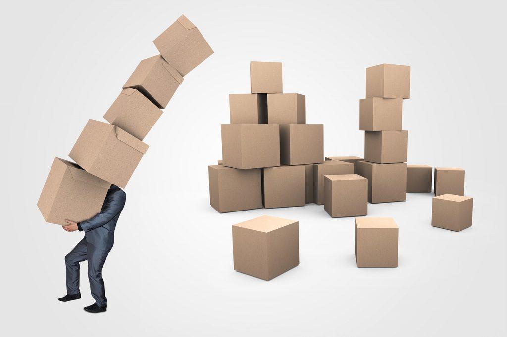 Una montaña de cajas que representan la abundancia del cartón