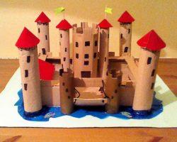 Castillo con materiales reciclados hecho a mano