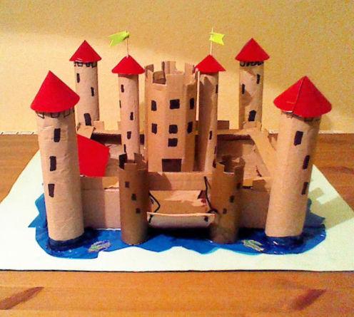 Castillo medieval de cartón reciclado ya terminado
