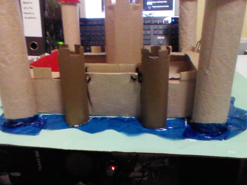 Celofán azul para simular el agua del foso