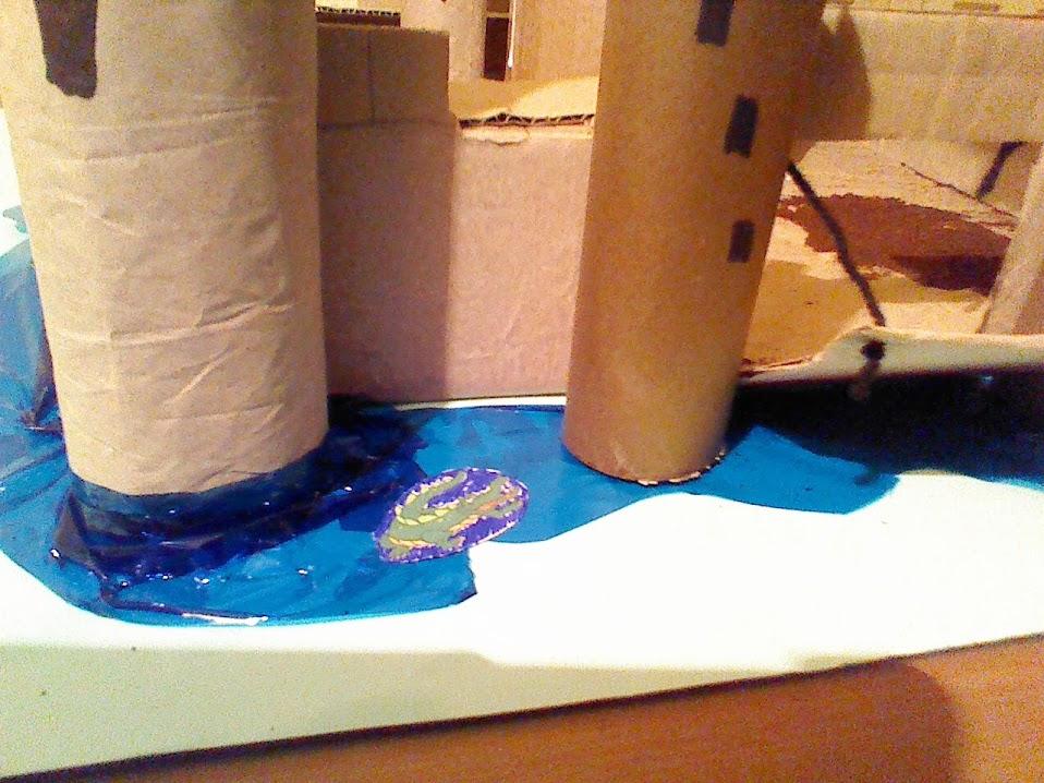 Cocodrilo de papel en el foso del castillo